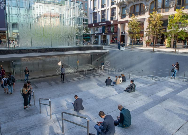 Nieuwe appelwinkel in Milaan stock foto's