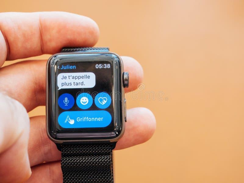 Nieuwe Apple-Horlogereeks 3 cellualr sms over horloge royalty-vrije stock foto's