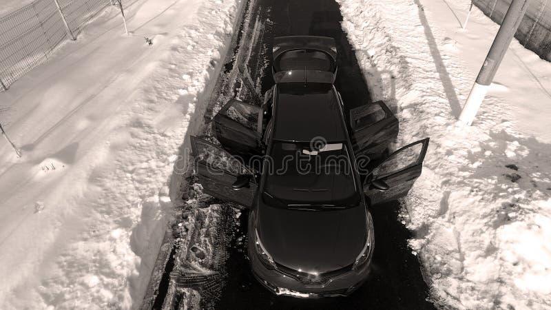 Nieuwe auto in de sneeuw, hommelmening royalty-vrije stock foto's