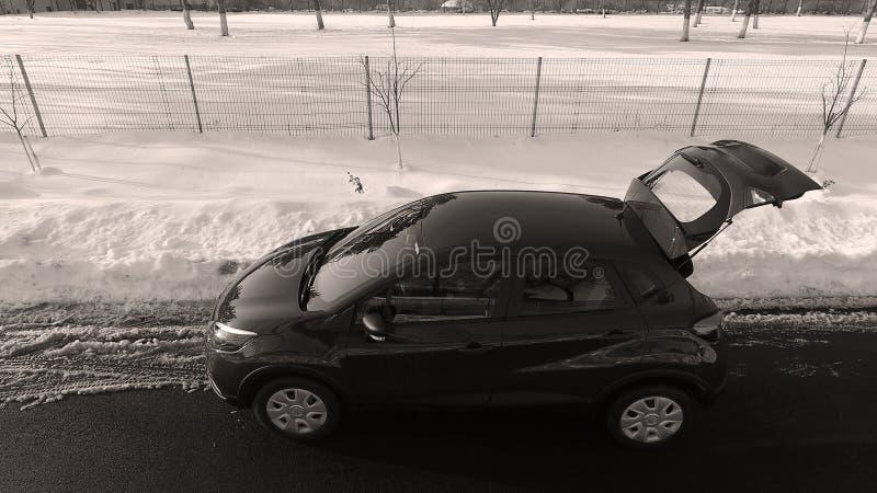 Nieuwe auto in de sneeuw, hommelmening royalty-vrije stock fotografie