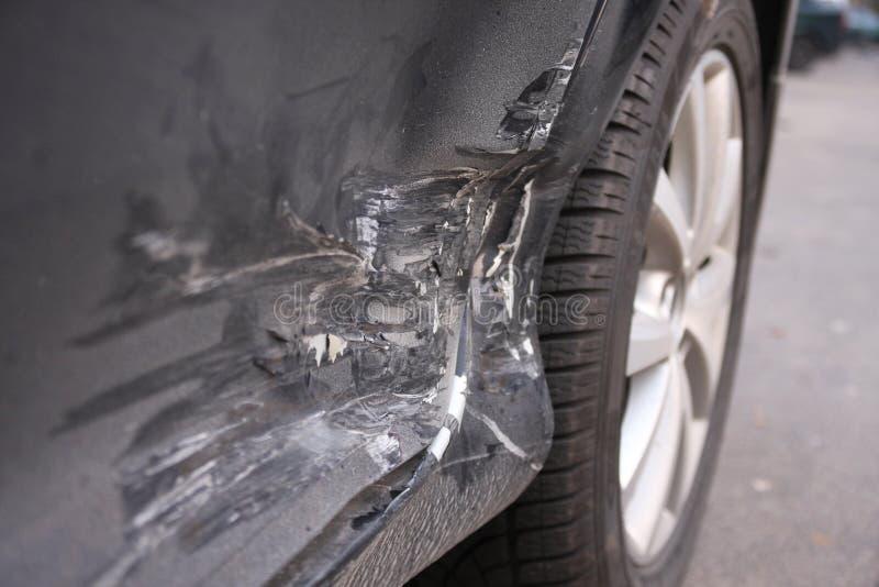 Nieuwe auto die in een ongeval wordt beschadigd. royalty-vrije stock fotografie