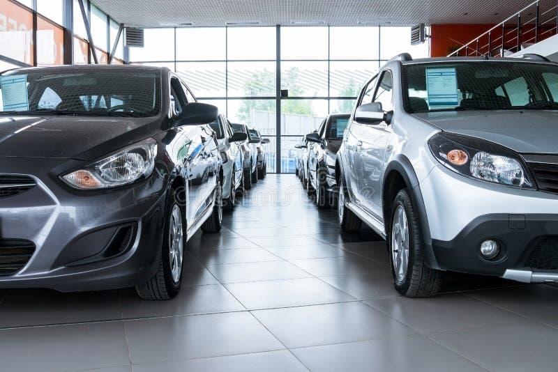 Nieuwe auto's bij handelaarstoonzaal royalty-vrije stock afbeeldingen
