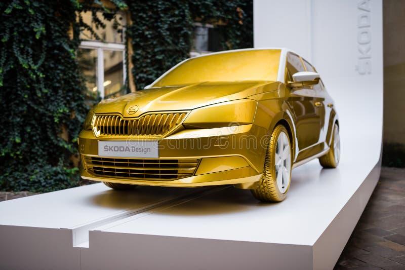Nieuwe auto Skoda Fabia in gouden die kleur in de buitenkant tijdens ontwerpgebeurtenis Desig wordt getoond royalty-vrije stock foto