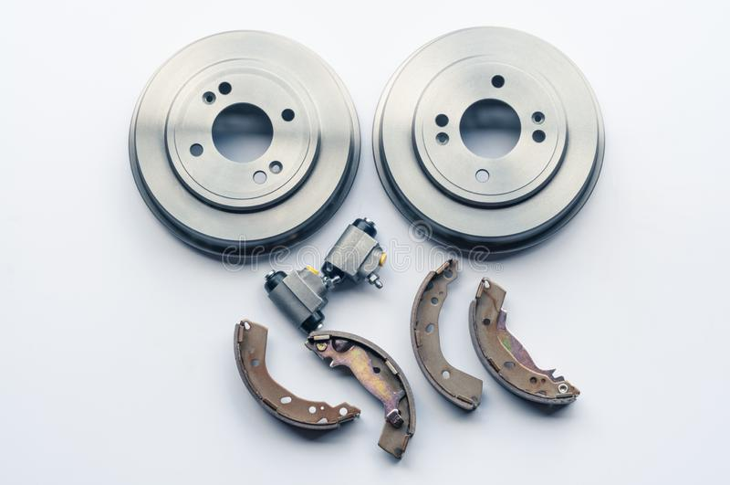 Nieuwe autodelenremtrommels, stootkussens, cilinders op witte achtergrond stock fotografie