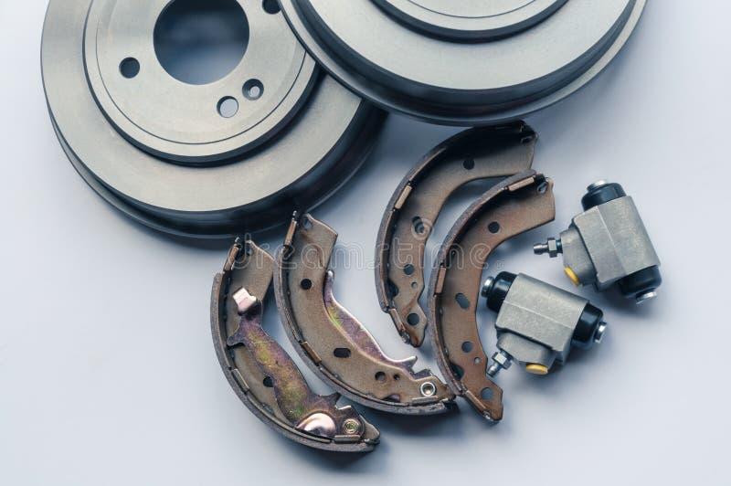 Nieuwe autodelenremtrommels, stootkussens, cilinders op witte achtergrond stock foto