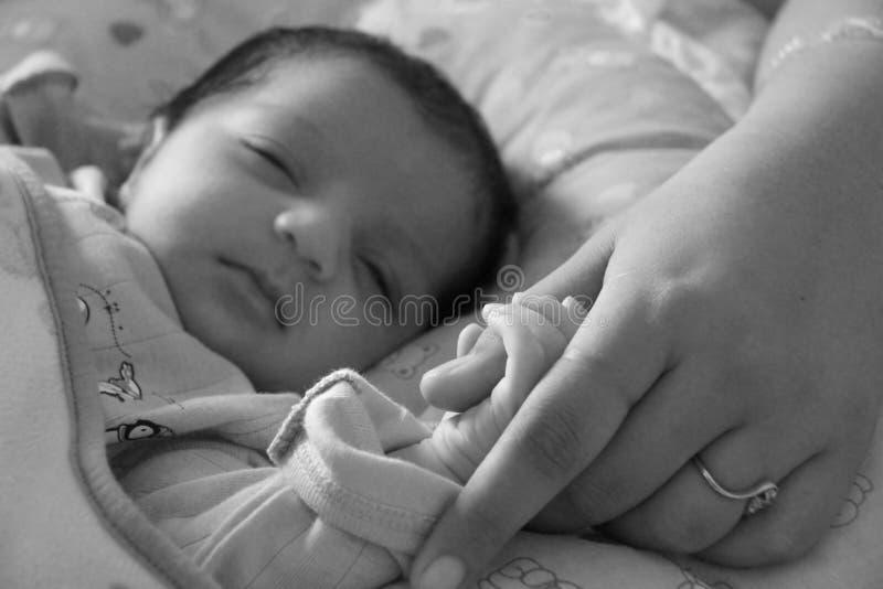 Nieuwe band van Baby en moeder; het plakken en het houden voor eerste keer stock afbeeldingen