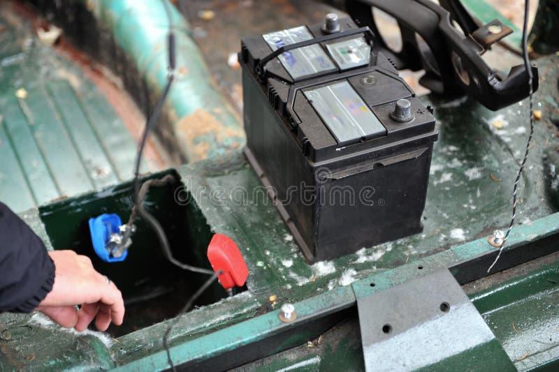 Nieuwe Batterij in Oude Auto royalty-vrije stock afbeelding