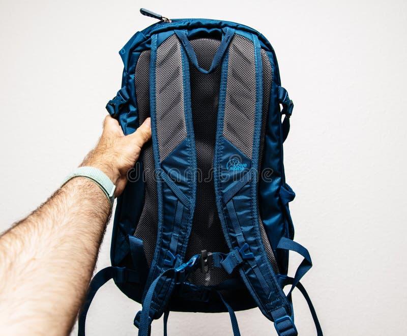 nieuwe blauwe die rugzak door Lowe Alpine achtermening in handen wordt gemaakt royalty-vrije stock foto