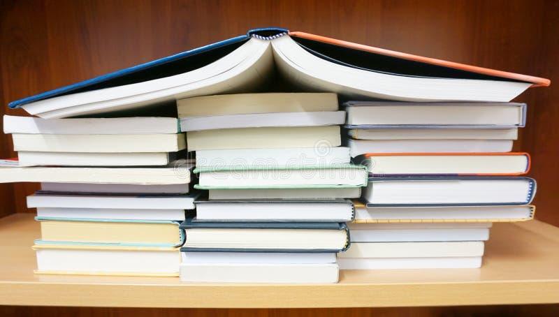 Nieuwe boeken op het boekenrek met op de bovenkant stock foto