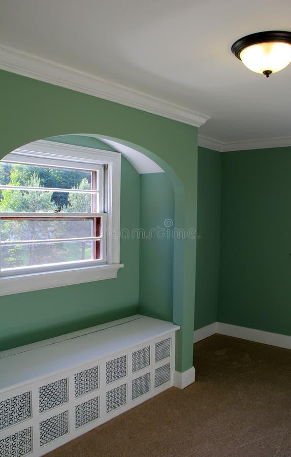 Nieuwe bouw van huis, met het bekleden en warm geschilderde muren stock fotografie