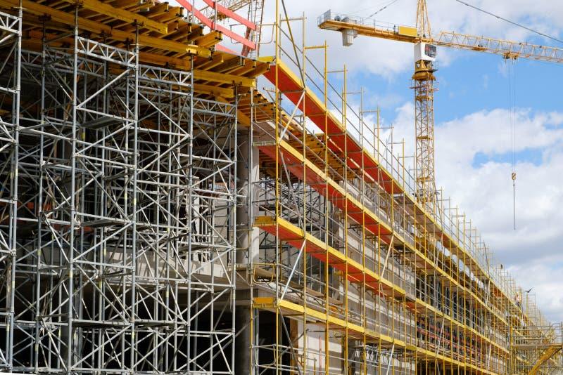 Nieuwe bouwconstructie stite, steiger en kraan op buldi stock fotografie
