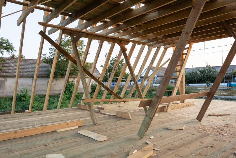 Nieuwe bouwhuis het ontwerpen tegen blauwe hemel bij zonsondergang royalty-vrije stock fotografie