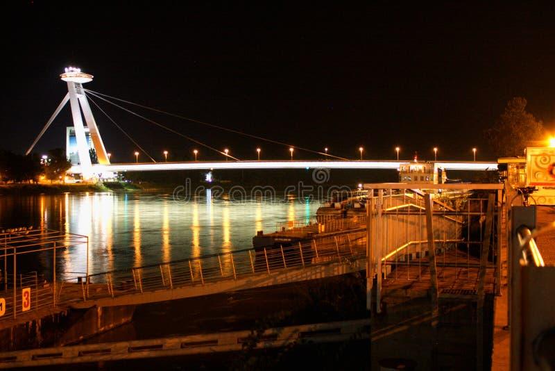 Nieuwe brug over de rivier van Donau in Bratislava met dokken, Slowakije royalty-vrije stock foto's