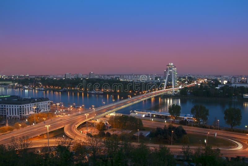 Nieuwe brug over de rivier van Donau in Bratislava, Slowakije bij nacht royalty-vrije stock afbeeldingen