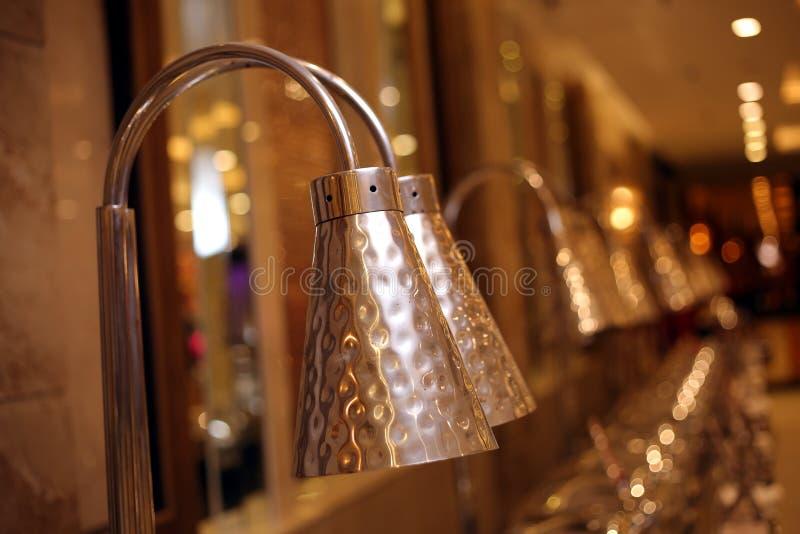 Nieuwe Desktoplampen op de winkel van verkoop thuis decoratie stock afbeelding