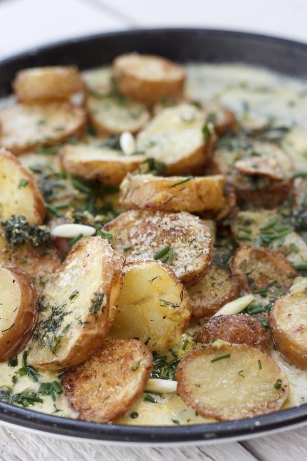 Nieuwe die aardappels met roomsaus worden geroosterd royalty-vrije stock afbeelding