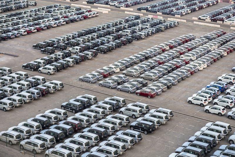 Nieuwe die auto's in rijen bij haven Rashid in Doubai, de V.A.E worden opgeslagen stock afbeeldingen