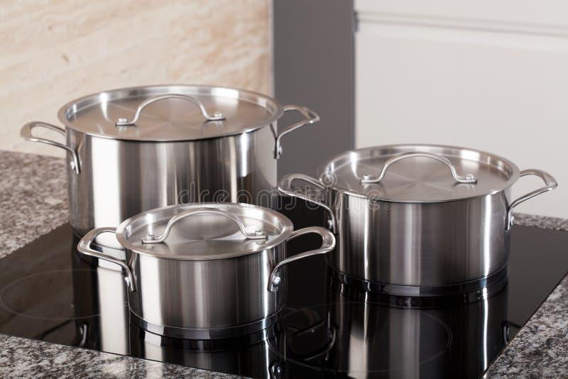 Nieuwe die cookware op inductiehaardplaat wordt geplaatst royalty-vrije stock foto's