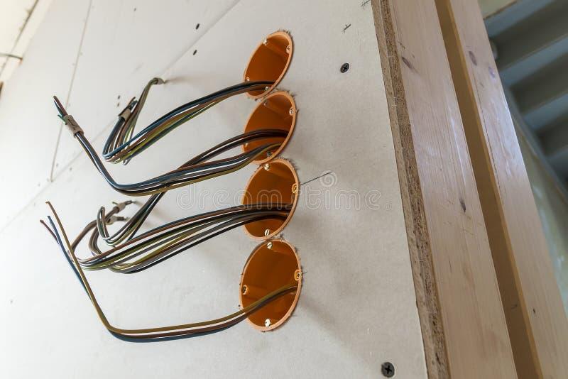Nieuwe elektrische installatie, contactdoos plastic dozen en elektro stock foto's