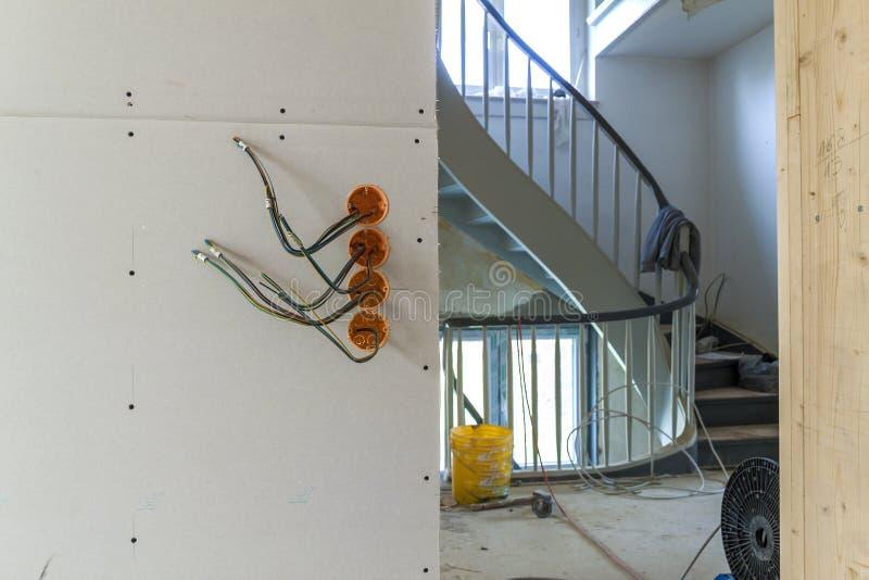 Nieuwe elektrische installatie, contactdoos plastic dozen en elektro stock afbeeldingen