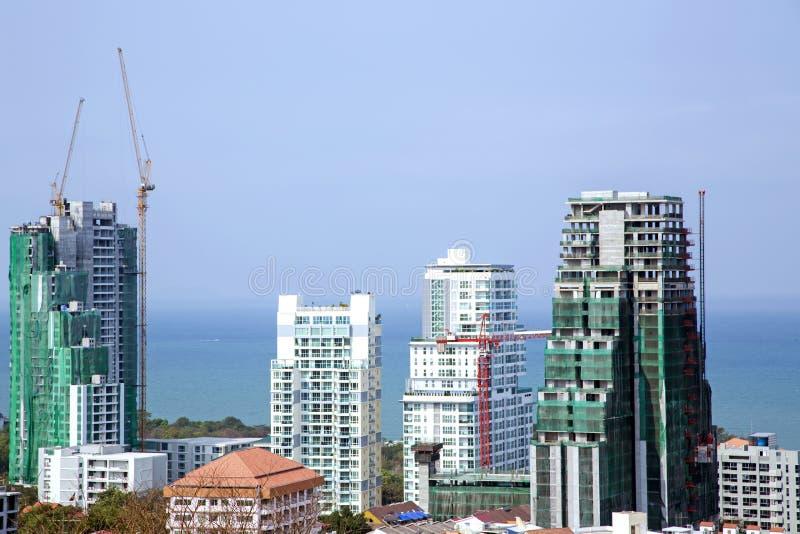 Nieuwe en gebouwde moderne hotels met meerdere verdiepingen stock afbeeldingen