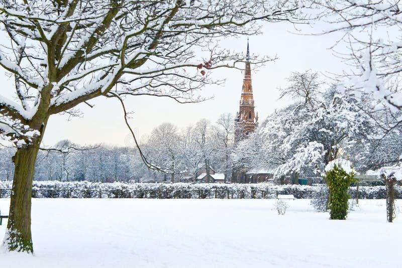Nieuwe Engelse de winterreeks: park in sneeuw stock foto