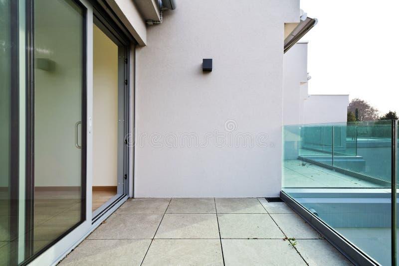 Nieuwe flat, balkonmening stock fotografie