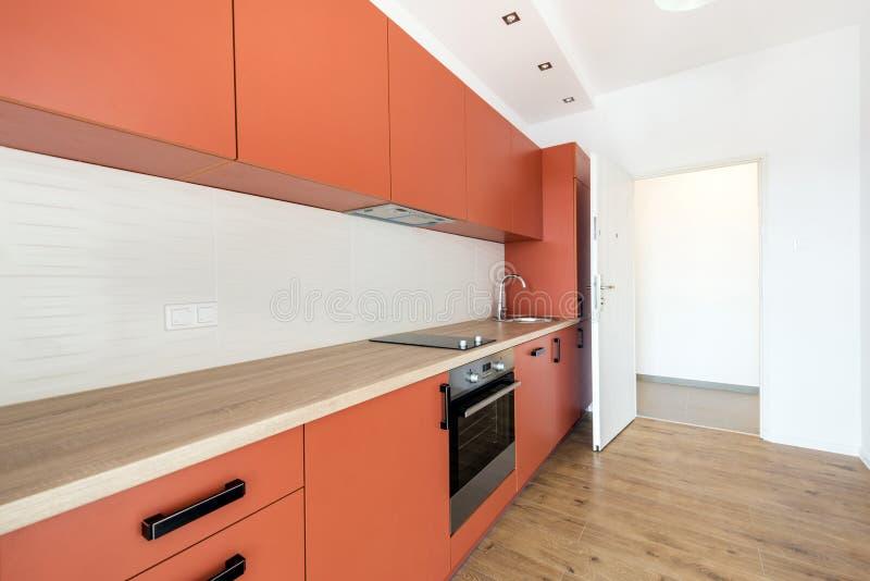 Nieuwe flat, leeg met binnenlandse keuken royalty-vrije stock fotografie