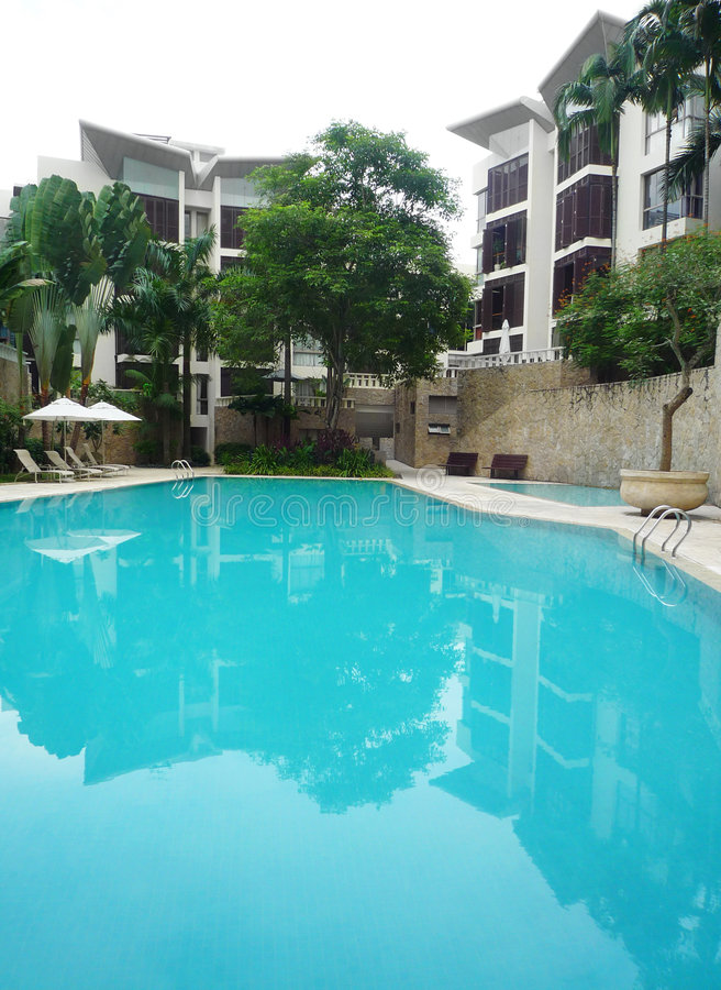 Nieuwe flatarchitectuur & pool stock fotografie