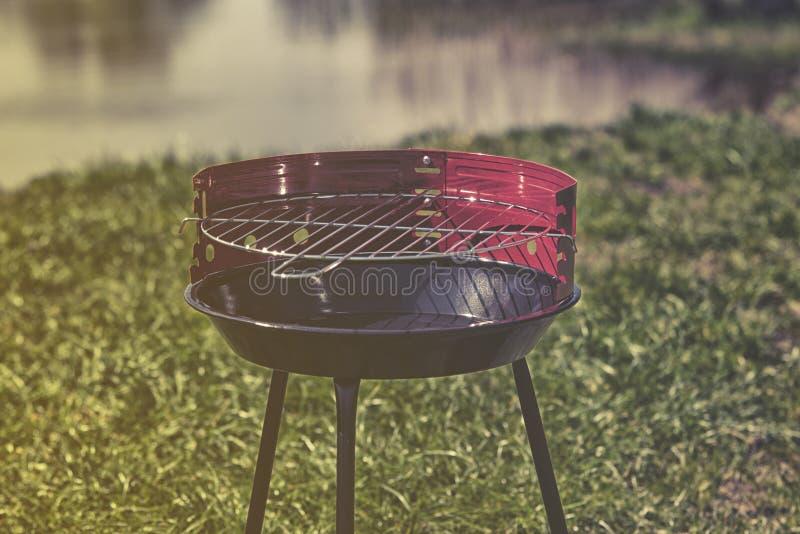 Nieuwe grill klaar om in tuin te gebruiken royalty-vrije stock foto's