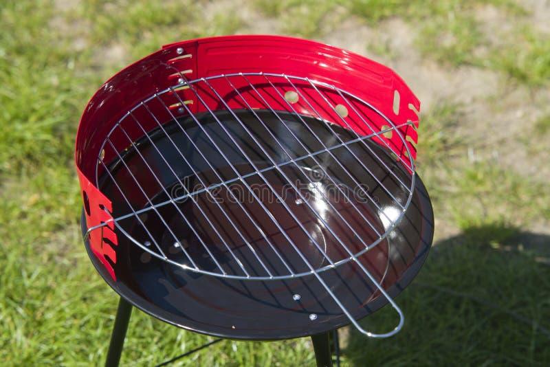 Nieuwe grill klaar om in tuin te gebruiken royalty-vrije stock foto