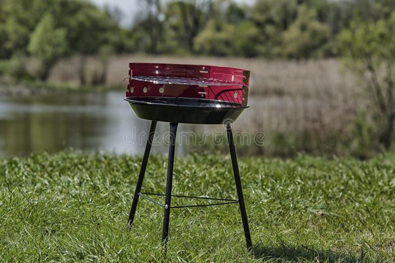 Nieuwe grill klaar om in tuin te gebruiken stock afbeeldingen