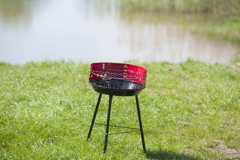 Nieuwe grill klaar om in tuin te gebruiken royalty-vrije stock afbeeldingen