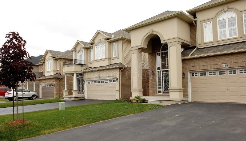Nieuwe grote huizen in een onderverdeling in Canada royalty-vrije stock foto's