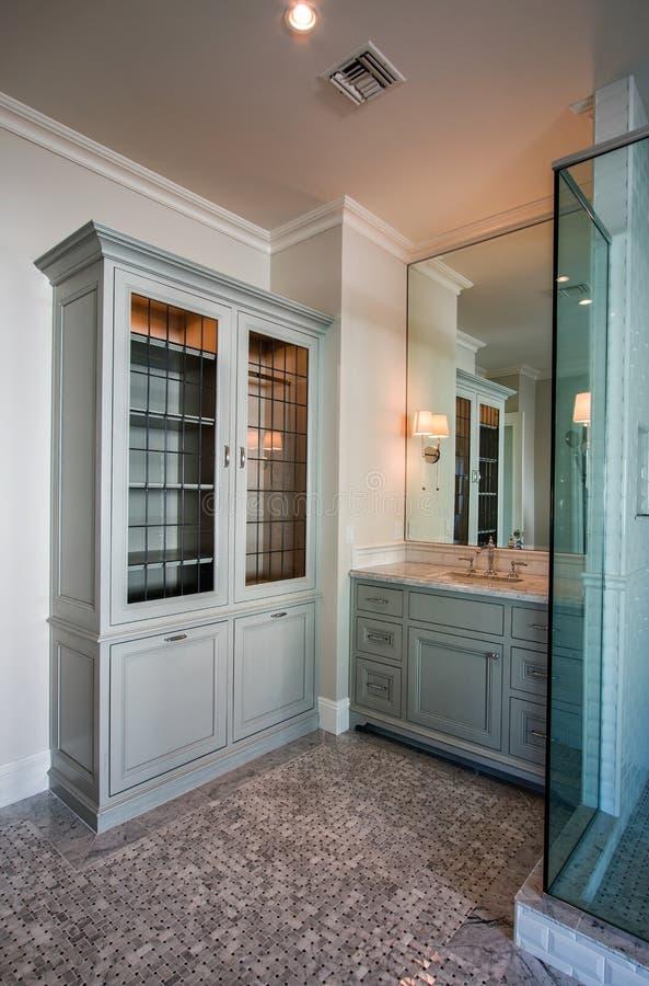 Nieuwe Grote Moderne Huisbadkamers royalty-vrije stock afbeelding