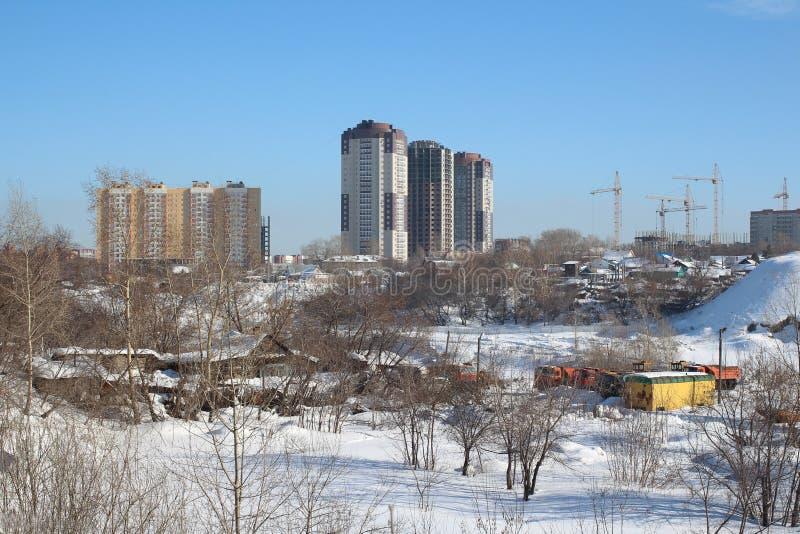 Nieuwe high-rise gebouwen en moderne stedelijke ontwikkeling in een lege partij royalty-vrije stock afbeelding