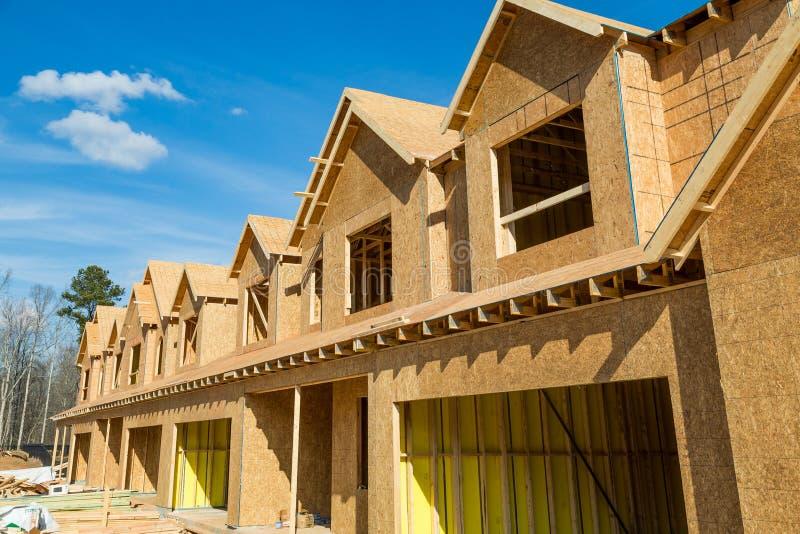 Nieuwe Houten Huis in de stadbouw stock foto