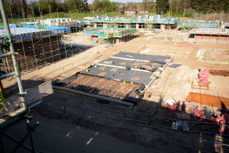 Nieuwe huis positie en grondslag voor bouwconstructie stock afbeelding