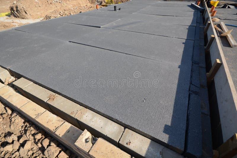 Nieuwe huis positie en grondslag voor bouwconstructie stock fotografie