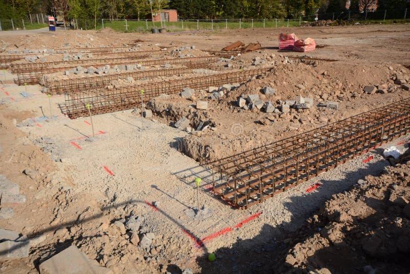 Nieuwe huis positie en grondslag voor bouwconstructie stock afbeeldingen