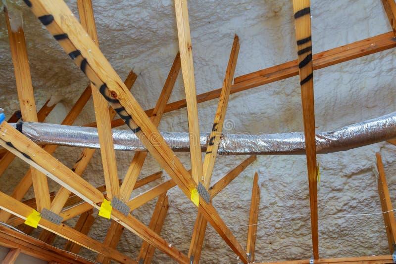 Nieuwe huisbouw met installatie van verwarmingssysteem op het dak van de pijp royalty-vrije stock afbeelding