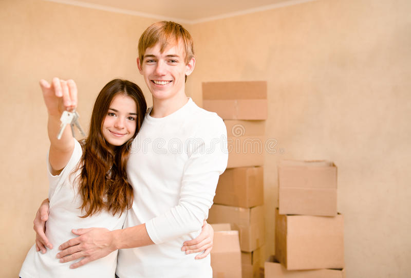 Nieuwe huiseigenaars met sleutel royalty-vrije stock fotografie