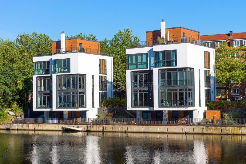 Nieuwe huizen bij de waterkant royalty-vrije stock afbeelding