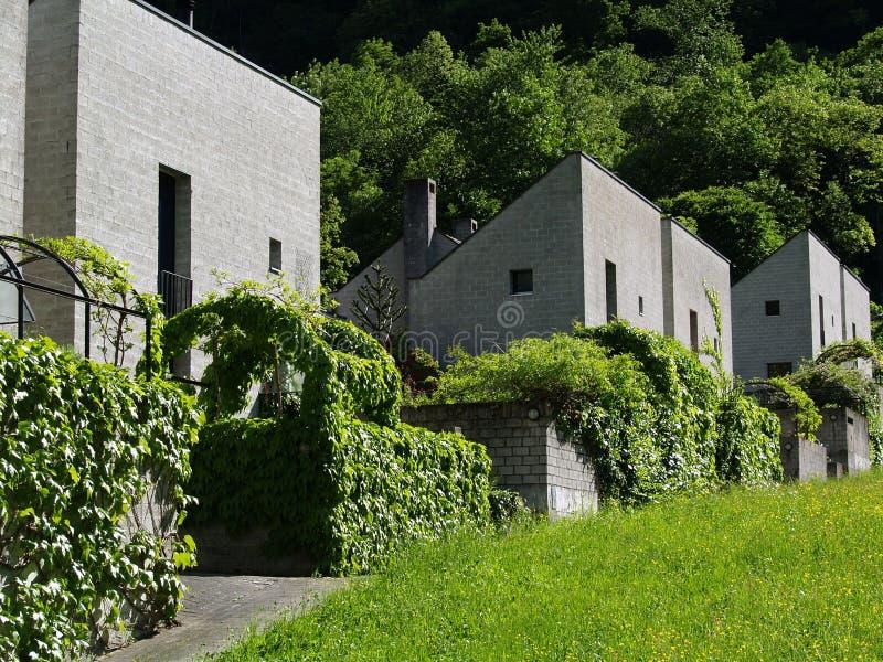 Nieuwe huizen in de Alpen royalty-vrije stock foto's