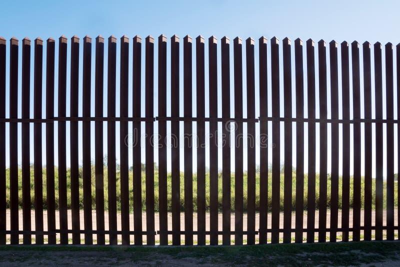 Nieuwe ijzeromheining op de grens tussen Mexico en de V.S. in Texas stock fotografie