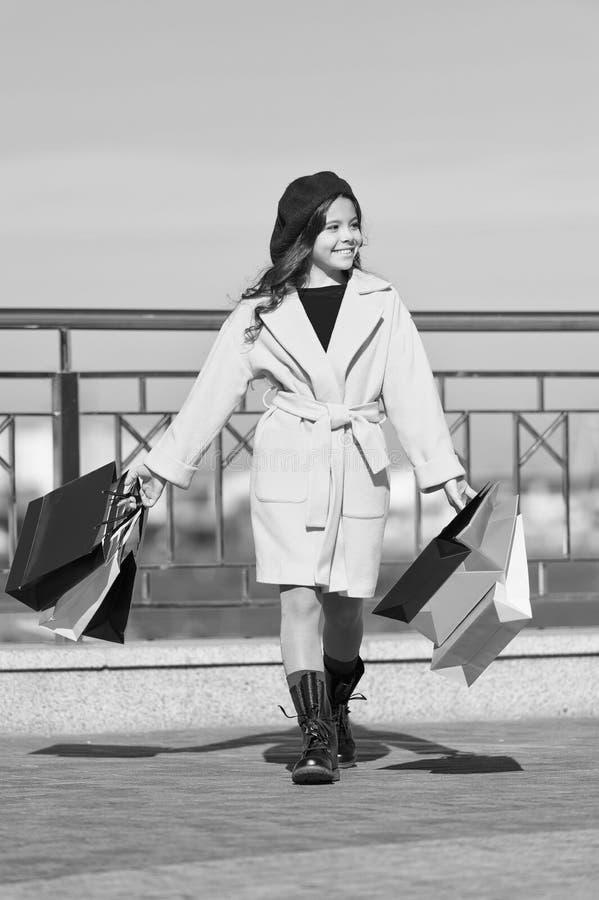 Nieuwe inzameling Het winkelen dag Gelukkig meisje Meisje met het winkelen zakken De lenteinzameling De herfsttendens kid stock afbeeldingen