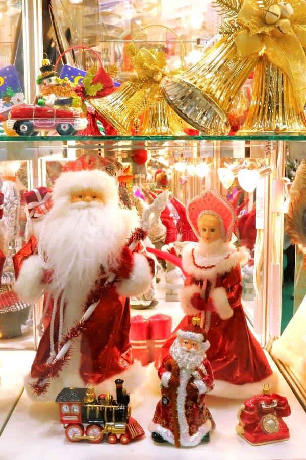 Nieuwe jaar en Kerstmis De showcase van giften, decor en Kerstmisspeelgoed Santa Claus en Snegurochka-Sneeuwmeisje stock afbeeldingen