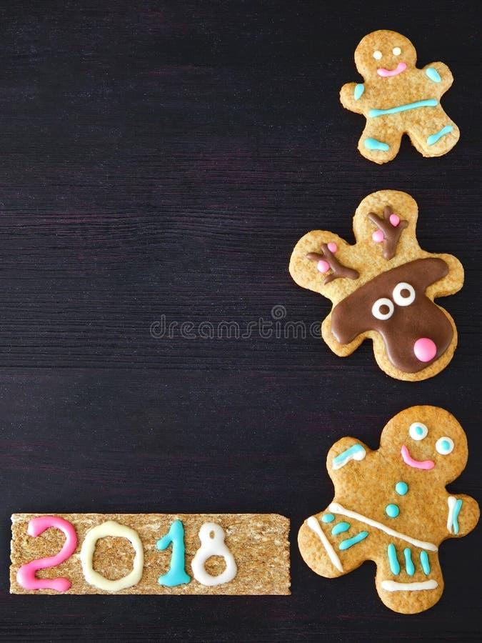Nieuwe jaar en Kerstmisachtergrond De peperkoekkoekjes ontwerpen de achtergrond royalty-vrije stock foto