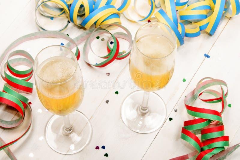 Nieuwe jaar & x27; s vooravondpartij met twee gevulde champagneglazen, colorfu royalty-vrije stock afbeeldingen