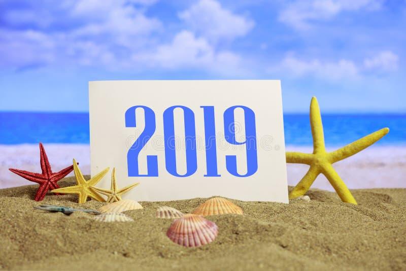 Nieuwe jaar 2019 viering op het strand, de vakanties van de zomerkerstmis stock fotografie